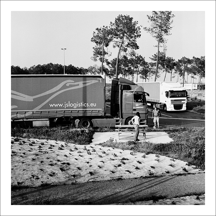 Nahia Garat photographe bordeaux photographer Nouvelle Aquitaine France analog french photographer petites vies A64 A63 noir et blanc black and white noir et blanc argentique yashica mat 124 aire autoroute labouheyre errance wandering lonely artistique artistic landscape bordeaux toulouse bayonne vinci